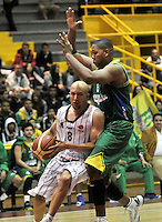 BOGOTA - COLOMBIA: 10-05-2013:Quiroz (Izq.) de Piratas de Bogotá, disputa el balón con Guevara (Der) de Bambuqueros de Neiva mayo  10 de 2013. Piratas de Bogota y Bambuqueros de Neiva disputaron partido de la fecha 13 de la fase II de la Liga Directv Profesional de baloncesto en partido jugado en el Coliseo El Salitre. (Foto: VizzorImage / Luis Ramirez / Staff). Quiroz (L) of Pirates from Bogota disputes the ball with Guevara (R) of Bambuqueos from Neiva, May 10, 2013. Piratas from Bogota and Bambuqueros from Neiva disputed a match for the 13 date of the Fase II of the League of Professional Directv basketball game at the Coliseo El Salitre. (Photo. VizzorImage / Luis Ramirez / Staff)
