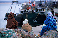 Afrique/Maghreb/Maroc/Essaouira : Femmes attendant le retour des bateaux sur le port de pêche