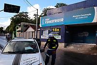 Recife (PE), 19/05/2020 - Covid-19-Recife - Interdições e encerramento de atividades marcaram mais uma dia de ação para fazer valer a vigência do Decreto estadual no Recife, a capital pernambucana possui o melhor índice de isolamento social do país com 66,01%. O bairro de Nova Descoberta, na zona norte da cidade, rebebe também nesta terça (19), uma ação de concientização para população sobre o a quarentena rígida, decretada no último sábado (16), a Prefeitura já ordenou 56 estabelecimentos de comércio formal, com 20 interdições e 36 adequações de estabelecimentos essenciais às regras do decreto. Nos bloqueios da CTTU, 75 mil veículos já foram abordados com taxa de respeito ao decreto de 95%. O Recife aparece em primeiro lugar entre as cidades pernambucanas que aderiram ao isolamento social, com 66,1%. Os dados são até às 17 horas de ontem, segunda (18).