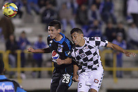 TUNJA -COLOMBIA, 06-02-2014. Jeison Gordillo (Der) jugador de Boyacá Chicó disputa el balón con Daniel Torres (Izq)Millonarios durante partido por la fecha 3 Liga Postobón I 2014 realizado en el estadio La Independencia en Tunja./ Jeison Gordillo (R) player of Boyaca Chico fights for the ball with Daniel Torres (L) Millonarios during match for the 3rd date of Postobon  League I 2014 played at La Independencia stadium in Tunja. Photo: VizzorImage/ Gabriel Aponte /Staff