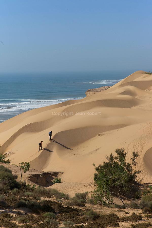 randonnée sur la cote atlantique maroc.Dunes de Sidi Ahmed Assayh, l'une des plus belles plages de la région.