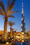 United Arab Emirates, Dubai: Burj Khalifa, the world's tallest building, and the Old Town at night | Vereinigte Arabische Emirate, Dubai: das Burj Khalifa am Abend