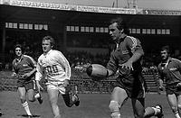 Stadium municipal de Toulouse, 1bis allées Gabriel-Biénès. 13 mai 1973. Finale du championnat de France de rugby à XIII, l'équipe du Toulouse Olympique XIII contre l'équipe de Marseille. Cliché pris durant le match ; au 1er plan action de jeu (plan 3/4) ; en arrière-plan gradins avec spectateurs.