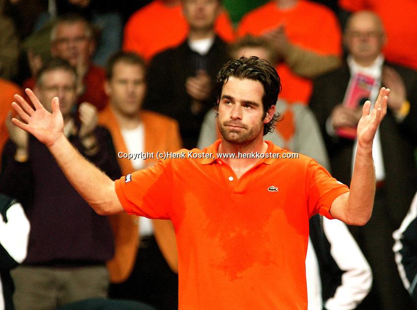 10-2-06, Netherlands, tennis, Amsterdam, Daviscup.Netherlands Russia, Raemon Sluiter ithanks the crowd after loosing to Dmitry Tursonov i