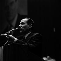 17 Décembre 1965. Vue de François Mitterand en gros plan, en plein discours, lors d'un meeting de la campagne présidentielle.
