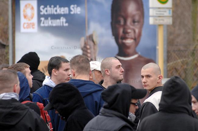 """Neonazis demonstrieren in Berlin fuer ein """"Nationales Jugendzentrum""""<br /> Knapp 100 Neonazis aus Berlin und Brandenburg versammelten sich am Samstag den 9. Dezember 2006 in Berlin um fuer ein sog. """"Nationales Jugendzentrum"""" im Berliner Stadtteil Neukeolln zu demonstrieren. Die Neonazis waren zeitweilig von mehreren hundert Gegendemonstranten eingekesselt und konnten nur mit stundenlanger Verspaetung am Demonstrationsziel ankommen.<br /> 9.12.2006, Berlin<br /> Copyright: Christian-Ditsch.de<br /> [Inhaltsveraendernde Manipulation des Fotos nur nach ausdruecklicher Genehmigung des Fotografen. Vereinbarungen ueber Abtretung von Persoenlichkeitsrechten/Model Release der abgebildeten Person/Personen liegen nicht vor. NO MODEL RELEASE! Nur fuer Redaktionelle Zwecke. Don't publish without copyright Christian-Ditsch.de, Veroeffentlichung nur mit Fotografennennung, sowie gegen Honorar, MwSt. und Beleg. Konto: I N G - D i B a, IBAN DE58500105175400192269, BIC INGDDEFFXXX, Kontakt: post@christian-ditsch.de<br /> Bei der Bearbeitung der Dateiinformationen darf die Urheberkennzeichnung in den EXIF- und  IPTC-Daten nicht entfernt werden, diese sind in digitalen Medien nach §95c UrhG rechtlich geschuetzt. Der Urhebervermerk wird gemaess §13 UrhG verlangt.]"""