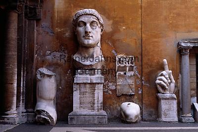 Italy, Lazio, Rome: dismembered parts of Constatine in the courtyard of the Capitoline Museum | Italien, Rom: Ausstellungsstuecke im Innenhof der Kapitolinischen Museen