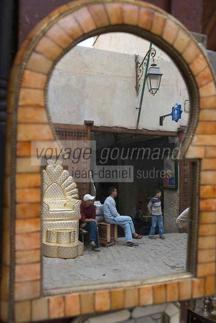 Afrique/Afrique du Nord/Maroc/Fèz: Dans la médina de Fèz-El-Bali sortie du souk des menuisiers sur la place en-Nejjarin