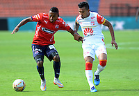 MEDELLIN - COLOMBIA - 15-08-2015. Wilson Morelo jugador  del Independiente Santa Fe disputa el balon  contra Daniel Torres el  Independiente  Medellin   durante partido  por la fecha 5 de la Liga Aguila II 2015 jugado en el estadio Atanasio Girardot. /  Wilso Morlelo player of Independiente Santa Fe  fights the ball against  of Independiente Medellin   during a match for the five date of the Liga Aguila II 2015 played at Atanasio Girardot stadium in Medellin city. Photo: VizzorImage / Leon Mosalve  / Str.
