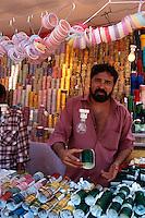Verkauf von Bangles vor dem Mahalaxmi-Tempel, Bombay (Mumbai), Maharashtra, Indien