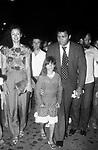 MUHAMMAD ALI CON LA MOGLIE VERONICA PORSCHE E LA FIGLIA<br /> VIA VENETO ROMA 1982