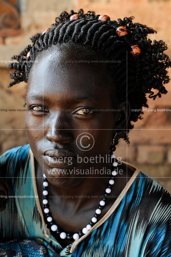 SOUTH SUDAN  Bahr al Ghazal region , Lakes State, town Rumbek, Dinka woman with black and white plastic necklace / SUED-SUDAN  Bahr el Ghazal region , Lakes State, Rumbek , Portraet Dinka Frau mit schwarz weiss Plastik Halskette