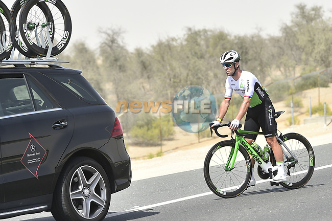 Mark Cavendish (GBR) Team Dimension Data withdraws from the race after crashing in the neutral zone and suffering from concussion at the start of Stage 1 of the 2018 Abu Dhabi Tour, Al Fahim Stage running 189km from Madinat Zayed to Adnoc School, Abu Dhabi, United Arab Emirates. 21st February 2018.<br /> Picture: LaPresse/Fabio Ferrari | Cyclefile<br /> <br /> <br /> All photos usage must carry mandatory copyright credit (© Cyclefile | LaPresse/Fabio Ferrari)