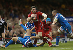 Wales wing Alex Cuthbert tries to beat Sergio Parisse for speed after stepping inside Luke McLean.<br /> RBS 6 Nations 2014<br /> Wales v Italy<br /> Millennium Stadium<br /> 01.02.14<br /> <br /> ©Steve Pope-SPORTINGWALES