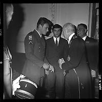 2 juin 1965. Vue de Johnny Hallyday en conversation avec le général Koenig,réception du gala de la Légion.