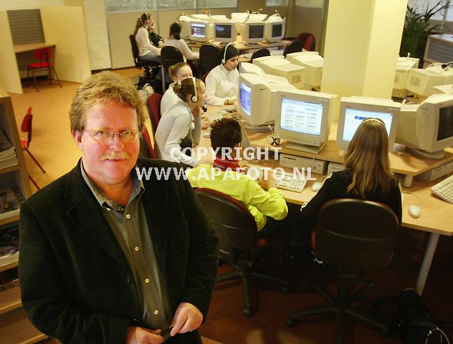Nijmegen, 280103<br />Directeur van het Kandinsky College, Tom Balk. In de achtergrond zijn leerlingen aan het werk<br />Foto: Sjef Prins - APA Foto
