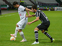 MANIZALES- COLOMBIA - 11-02-2015: Sebastian Penco (Izq) jugador de Once Caldas, disputa el balón con Edu Dracena (Der) jugador del Corinthians, durante partido de vuelta entre Once Caldas de Colombia y Corinthians de Brasil por la primera fase, repechaje 6, de la Copa Bridgestone Libertadores en el estadio Palogrande, de la ciudad de Manizales. / Sebastian Penco (L) player of Once Caldas, vies for the ball with Edu Dracena (R) player of Corinthians, during a match for the second leg between Once Caldas of Colombia and Corinthians of Brasil for the first phase, playoff 6, of the Copa Bridgestone Libertadores in the Palogrande stadium in Manizales city. Photos: VizzorImage / Kevin Toro / Cont