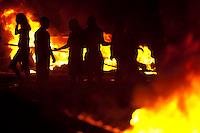 Após o assassinato do pastor José de Arimatéia, líder comunitário na invasão Nova Canaã, no município de Marituba, moradores revoltados fechem a rodovia BR 316 por cerca de 3 horas  e acabam em confronto com a polícia de choque que desocupou a rodovia.Marituba, Pará, Brasil6/-10/2011Foto Paulo Santos