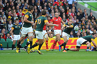 Fourie du Preez of South Africa passes to Handre Pollard of South Africa during Match 41 of the Rugby World Cup 2015 between South Africa and Wales - 17/10/2015 - Twickenham Stadium, London<br />