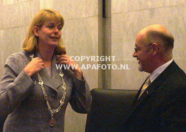 arnhem 030901 de nieuwe burgemeester van arnhem KRIKKE krijgt de ambsketen omgehangen door loco-burgemeester van Hensbergen, en wordt daarmee de eerste vrouwelijke burgemeester van arnhem.<br /> foto frans ypma APA-foto