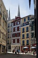 France, Aquitaine, Pyrénées-Atlantiques, Pays Basque, Bayonne: Maisons rue Port de Castets// France, Pyrenees Atlantiques, Basque Country, Bayonne