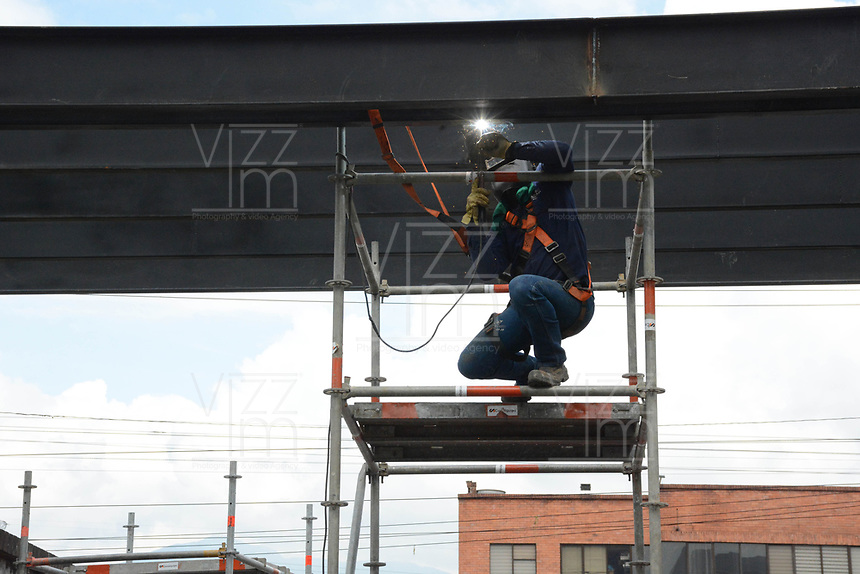 MEDELLIN - COLOMBIA, 24-04-2020:Reactivación laboral parcial en Medellín durante el día 35 de la cuarentena total en el territorio colombiano causada por la pandemia  del Coronavirus, COVID-19. / Revival work activity in Medellin of during day 35 of total quarantine in Colombian territory caused by the Coronavirus pandemic, COVID-19. Photo: VizzorImage / Leon Monsalve / Cont