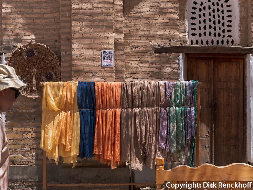 Seidenstoffe in Xiva, Usbekistan, Asien<br /> silk cloth in historic city Ichan Qala, Chiwa, Uzbekistan, Asia