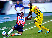 BARRANQUILLA - COLOMBIA, 04-02-2018: Jesus David Murillo  (Izq) jugador del Atlético Junior disputa el balón con Dairyn Gonzalez (Der) del Atlético Bucaramanga  durante el partido entre el Atlético Junior y Atlético Bucaramanga  por la fecha 1 de la Liga Águila II 2018 jugado en el estadio Metropolitano Roberto Meléndez. /Jesus David Murillo (L) player of Atletico Junior vies for the ball with Dairyn Gonzalez(R) player of Atletico Bucaramanga during match between Atlético Junior and Atletico Bucaramanga  for the date 1 of the Aguila League I 2018 played at Metropolitano Roberto Meléndez  stadium. Photo: VizzorImage/ Alfonso Cervantes / Contribuidor