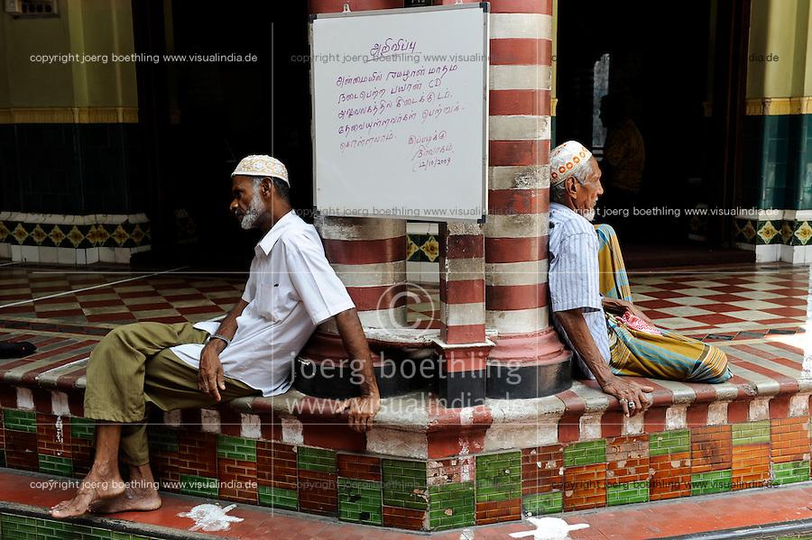 SRI LANKA, Colombo, muslim sitting infront of mosque / SRI LANKA, Colombo, Moslems sitzen vor Moschee