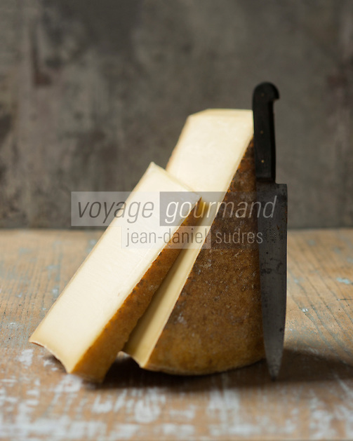 Europe/France/Rhone-Alpes/73/Savoie: Beaufort AOC -le fromage de base de la fondue savoyarde  - Stylisme Valérie Lhomme