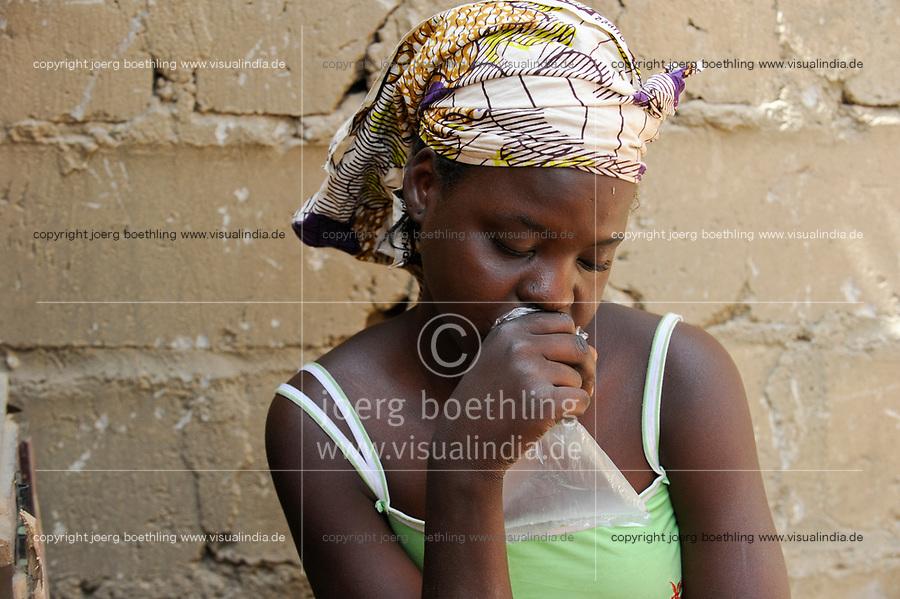NIGER Maradi, prostitute Hassana 17 years old sniffs glue / NIGER Maradi, Prostituierte Hassana, 17 Jahre, schnueffelt Klebstoff