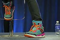 Chris Martin von Coldplay trägt seine Super Bowl Schuhe, die sein Sohn designed hat - Super Bowl 50 Halbzeitshow PK, Moscone Center San Francisco
