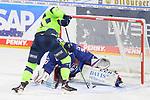 Louis-Marc Aubry (Nr.11 - ERC Ingolstadt) scheitert an Torwart Felix Brückmann (Nr.90 - Adler Mannheim)