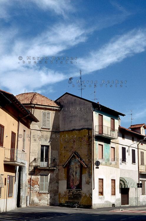 Una edicola religiosa sul muro di una casa in un paese a ovest di Milano --- A religious aedicula on the wall of a house in a small village west of Milan