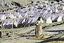 Iran 1974.Camp de réfugiés kurdes à Nelliwan, femme avec un tamis pour les grains de blé.Iran 1974.Kurdish refugees' camp in Nelliwan, woman with a strainer