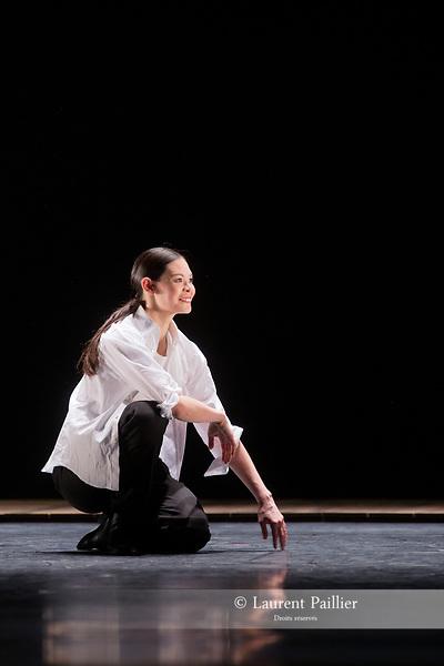 DIE GROSSE FUGE<br /> MUSIQUE | MUSIC Ludwig van Beethoven (La Grande Fugue, op. 133, 1827)<br /> CHORÉGRAPHE CHOREOGRAPHY Anne Teresa De Keersmaeker (1992)<br /> MISE EN SCÈNE | STAGING Jean-Luc Ducourt<br /> DÉCOR I SET DESIGN Jan Joris Lamers<br /> LUMIÈRES | LİGHTİNG DESIGN Jan Joris Lamers réalisées par Vinicio Cheli<br /> COSTUMES | COSTUME DESIGN Rosas<br /> ANALYSE MUSICALE | MUSICAL ANALYSIS Georges-Elie Octors<br /> ASSISTANT DE LA CHORÉGRAPHE | ASSISTANT CHOREOGRAPHER Jakub Truszkowski<br /> REPÉTITIONS | REHEARSALS Cynthia Loemij, Mark Lorimer, Clinton Stringer<br /> VIOLONS VIOLINS Frédéric Laroque, Cécile Tête<br /> ALTO | VIOLA Laurent Verney<br /> MIOLONCELLE | CELLO Cyrille Lacrouts<br /> Die Grosse Fuge, extrait de Erts est créé le 2 février 1992, aux Halles de Schaerbeek à Bruxelles.<br /> Die Grosse Fuge, extract from Erts is created on February 2nd 1992at the Halles de Schaerbeek in Brussels<br /> Entrée au répertoire du Ballet de l'Opéra national de Paris le 22 octobre 2015,<br /> Entered the Paris National Opera Ballet repertoire on October the 22nd 2015<br /> Alice Renavand, Antonio Conforti, Paul Marque, Nicolas Paul, Matthieu Botto, Alexandre Carniato, Takeru Coste, Andrea Sarri<br /> DATE 26/04/2018<br /> LIEU | PLACE Opéra Garnier<br /> VILLE | CITY Paris