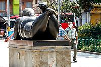 MEDELLIN-COLOMBIA, 16-04-2020: Aspecto de la Plaza de Botero, durante el dia 23 de la cuarentena total en el territorio colombiano causada por la pandemia  del Coronavirus, COVID-19. / Appearance of the Plaza de Botero, during the day 23 of the total quarantine in the Colombian territory caused by the Coronavirus pandemic, COVID-19. Photo: VizzorImage / Leon Monsalve / Cont.