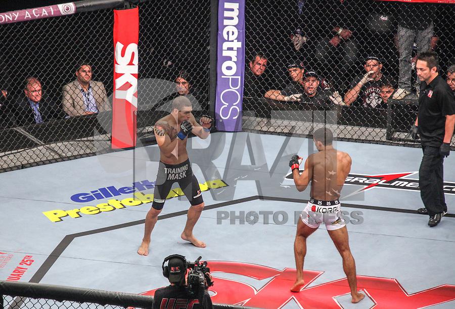 SAO PAULO, SP, 19 DE JANEIRO 2013 - UFC SAO PAULO - Lutadores Lucas ?Mineiro? -BRA (azul) vs Edson Barboza - BRA (vermelho) peso leve durante UFC (Ultimate Fighting Champion) no Ginasio do Ibirapuera na noite deste sabado 19,regiao sul da cidade de Sao Paulo. FOTO: VANESSA CARVALHO - BRAZIL PHOTO PRESS.