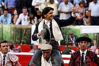 MANIZALES-COLOMBIA. 07-01-2016: Diego Ventura sale en hombros y gana dos orejas después de rejonear a Agrimensor de 446kg durante la tercera corrida como parte de la versión número 60 de La Feria de Manizales 2016 que se lleva a cabo entre el 2 y el 10 de enero de 2016 en la ciudad de Manizales, Colombia. / Diego Ventura leaves the bullring on shoulder and win the two ears after rejonear to Agrimensor of 446kg during the third bullfight as part of the 60th version of Manizales Fair 2016 takes place between 2 and 10 January 2016 in the city of Manizales, Colombia. Photo: VizzorImage / Santiago Osorio / Cont
