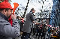 Mitarbeiter von Siemens in Berlin protestierten am Montag den 20. November 2017 vor dem Siemens-Turbinenwerk in Berlin-Moabit gegen die geplanten Entlassungen von ueber 300 Mitarbeitern.<br /> Im Anschluss an die Kundgebung vor dem Werkstor, an der auch den Regierende Buergermeister Michael Mueller und die Wirtschaftssenatorin Ramona Pop teilnahmen, bildeten die Sienemsarbeiter eine Menschenkette um ihr Werk.<br /> An Dem Protest beteiligten sich auch Siemensarbeiter aus anderen betroffenen Standorten in Berlin wie dem Dynamowerk.<br /> Im Bild: Der Regierende Buergermeister Michael Mueller spricht zu den Siemensarbeitern.<br /> 20.11.2017, Berlin<br /> Copyright: Christian-Ditsch.de<br /> [Inhaltsveraendernde Manipulation des Fotos nur nach ausdruecklicher Genehmigung des Fotografen. Vereinbarungen ueber Abtretung von Persoenlichkeitsrechten/Model Release der abgebildeten Person/Personen liegen nicht vor. NO MODEL RELEASE! Nur fuer Redaktionelle Zwecke. Don't publish without copyright Christian-Ditsch.de, Veroeffentlichung nur mit Fotografennennung, sowie gegen Honorar, MwSt. und Beleg. Konto: I N G - D i B a, IBAN DE58500105175400192269, BIC INGDDEFFXXX, Kontakt: post@christian-ditsch.de<br /> Bei der Bearbeitung der Dateiinformationen darf die Urheberkennzeichnung in den EXIF- und  IPTC-Daten nicht entfernt werden, diese sind in digitalen Medien nach §95c UrhG rechtlich geschuetzt. Der Urhebervermerk wird gemaess §13 UrhG verlangt.]