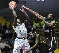 BOGOTA - COLOMBIA: 05-04-2013: Thomas (Izq.) de Piratas de Bogotá, disputa el balón con Cortes (Der.) y Salazar (Cent.) de Manizales Once Caldas, abril 5 de 2013. Piratas y Manizales Once Caldas en la  fecha 23 de  la Liga Directv Profesional de baloncesto en partido jugado en el Coliseo El Salitre. (Foto: VizzorImage / Luis Ramírez / Staff). Thomas (L) of Piratas from Bogota, fights for the ball with Cortes (R) and salazar (C) of Manizales Once Caldas, April 5, 2013. Piratas and Manizales Once Caldas in the match for the 23 date of the Directv Professional League basketball, game at the Coliseo El Salitre. (Photo: VizzorImage / Luis Ramirez / Staff).
