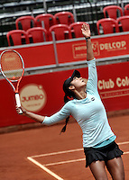 BOGOTA - COLOMBIA - 11-04-2016: Yuliana Lizarazo de Colombia, sirve a Sachia Veckery de Estados Unidos, durante partido por el Claro Colsanitas WTA, que se realiza en el Club El Rancho de Bogota. / Yuliana Lizarazo from Colombia serves to Sachia Veckery from United States, during a match for the WTA Claro Colsanitas, which takes place at Club El Rancho de Bogota. Photo: VizzorImage / Luis Ramirez / Staff