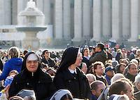 Suore attendono l'inizio della messa di Papa Francesco in occasione della conclusione del Giubileo della Misericordia, in Piazza San Pietro, Citta' del Vaticano, 20 novembre 2016.<br /> Nuns wait for the start of the Pope Francis' Mass on the occasion of the conclusion of the Jubilee of Mercy, in St. Peter's Square at the Vatican, 20 November 2016.<br /> UPDATE IMAGES PRESS/Riccardo De Luca<br /> <br /> STRICTLY ONLY FOR EDITORIAL USE
