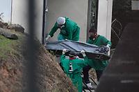 MANAUS, AM, 28.05.2019: MASSACRE-MANAUS - Retirada dos corpos do caminhão frigorífico, do massacre nos presídios de Manaus, na tarde desta terça-feira (28), no Instituto Médico Legal (IML), bairro Cidade Nova, zona norte. (Foto: Sandro Pereira/Código19)