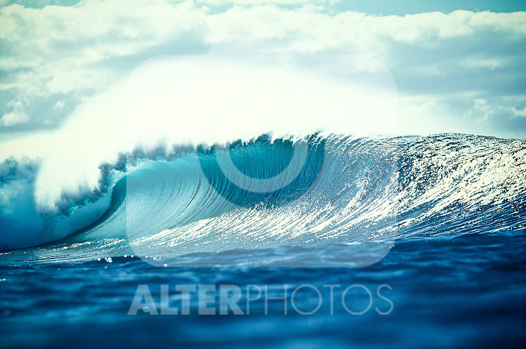 An empty wave breaks at the world famous surfing spot Pipeline on the north shore of Oahu, Hawaii. Pipeline is famous for hosting professional surfing contests which attracts surfers from around the world, EXPA Pictures © 2010, PhotoCredit: EXPA/ New Sport/ Les Walker *** ATTENTION *** United States of America OUT!