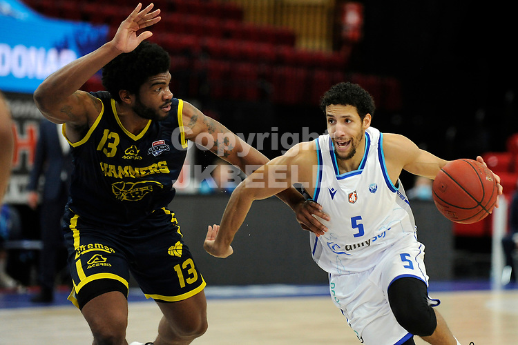24-03-2021: Basketbal: Donar Groningen v Landstede Hammers: Groningen, Donar speler Leon Williams/ met /Landstede speler Kayel Locke
