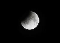 "AUTOPISTA AL NORTE BOGOTA -COLOMBIA. 15-04-2014.Eclipse lunar observado desde Colombia y es el primero de la tétrada de ""Lunas Rojas"" que se repetirá cada seis meses en un lapso de año y medio./ Aspect of the lunar eclipse seen from Colombia and is the first of the tetrad of ""Red Moons"" (four total lunar eclipses in series) that will be repeat each six months in a span of a year and half. Photo: VizzorImage/ Felipe Caicedo / Staff"