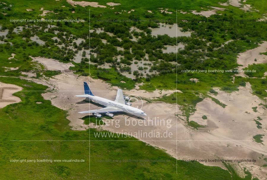 CHAD, N`Djamena , airport, abandoned Boeing 707 of chadian airline Mid Express Tchad / TSCHAD, Ndjamena, Flughafen, Boeing 707 der tschadischen Fluggesellschaft Mid Express Tchad