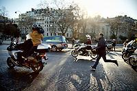 Cortège des motards remontant l'avenue Foch derrière le corbillard transportant le cercueil de Johnny