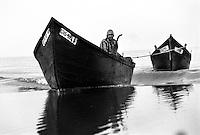 - Delta del Danubio, Laguna di Sacalin. Due barche da pesca sulla laguna. La prima equipaggiata da motore traina la seconda per risparmiare carburante...- Danube Delta Area, Sacalinu Lagoon. Two fishing boats in Sacalinu lagoon. The first,  equipped with engine, tows the second to save fuel.